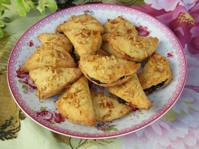 Tradycyjna kuchnia Kasi: Ciastka pierożki z powidłami i orzechową posypką