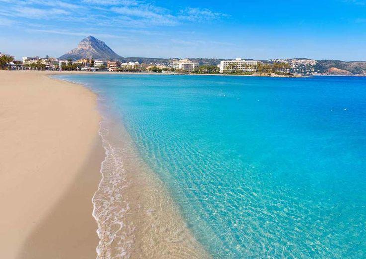 Playa Arenal en Javea. Disfruta de fotos y videos de las mejores playas de Calpe en nuestra guia de destinos: http://tripkay.com/destination-guides/puntos-interes/playa-del-arenal-javea/