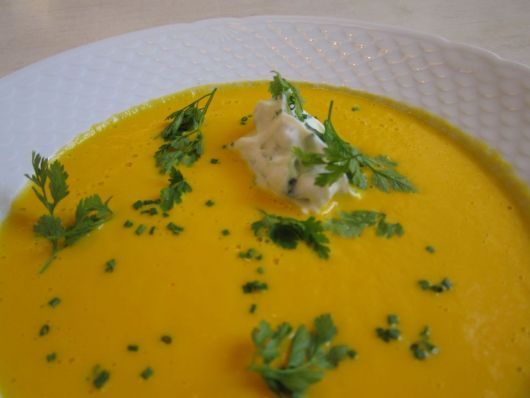 Gulerodssuppe med krydderurter