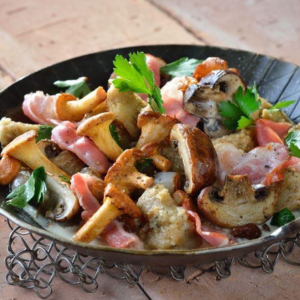 Poêlée de champignons, lardons et fromage de chèvre