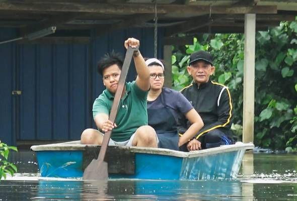 Keadaan banjir di Pahang terus buruk dengan jumlah mangsa dipindahkan meningkat   KUANTAN: Keadaan banjir di lima negeri iaitu Pahang Johor Terengganu Sabah dan Kelantan tidak banyak berubah dengan jumlah mangsa dipindahkan meningkat kepada 1999 orang.  Pahang merupakan negeri paling teruk terjejas dengan penambahan jumlah mangsa dipindahkan meningkatkepada 1331 orang berbanding 677 mangsa tengah hari Selasa.  Kesemua 375 keluarga itu kini ditempatkan di 15 pusat pemindahan sementara (PPS)…
