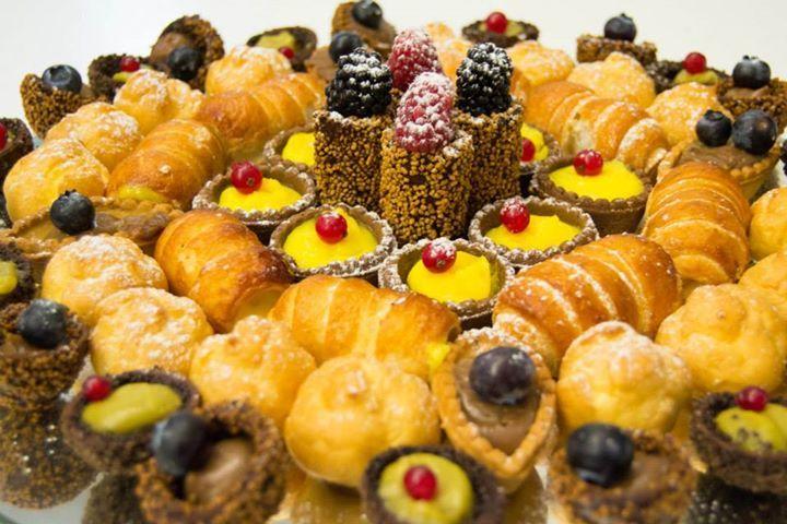 Il vassoio dei #pasticcini e dei bignè è molto invitante... una vera #tentazione !