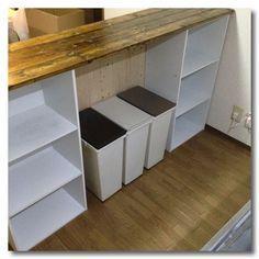 カラーボックスに天板を取り付けるとあっという間にキッチンカウンターの完成です。取り付けかたは、釘やビスを打ってもいいですし、ボンドを塗って固定したり、耐震マットを挟んでもいいです。お子さんがいるご家庭ではしっかりビスで留めるなどして、生活環境に合わせた取り付けをしてください。 我が家は耐震マットでズレないようにしていますが、今のところ問題はないです。 キャスターを取り付けると移動可能なキッチンカウンターになります。