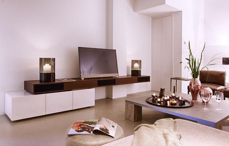Op maat gemaakt tv meubel, tv van het merk Loewe.