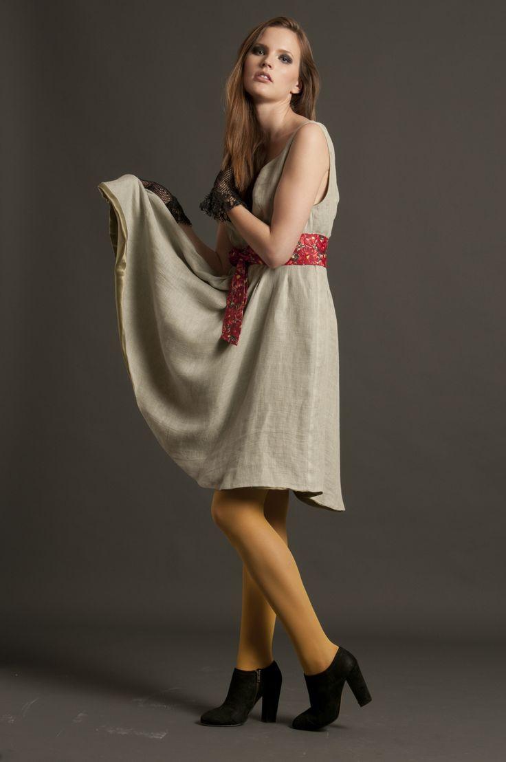 Total look composto da abito in lino e seta con cintura in cotone africano stampato motivo floreale. Guanti realizzati a mano con la tecnica filet.