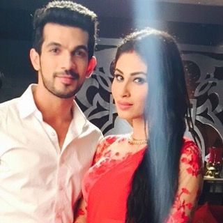 "arjunbijlani: ""Wishing u all a merry Christmas #ritik #shivanya #rivanya #naagin #instalove #instagood #instagram #instalike #instadaily #sets #moments with @imouniroy @colorstv"""