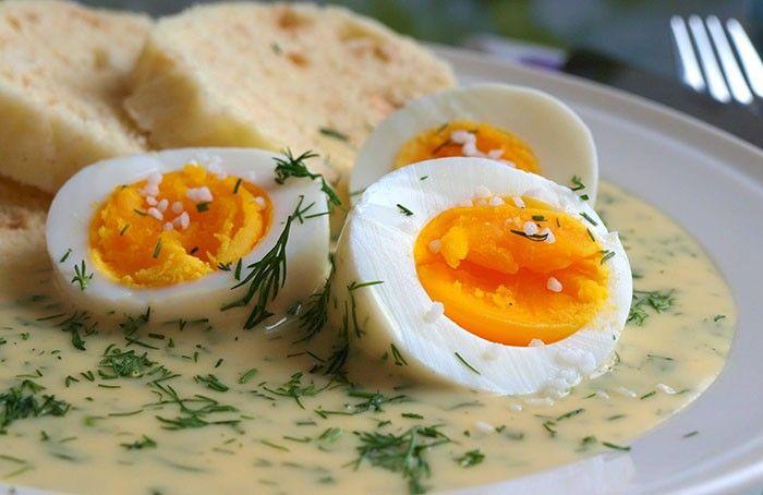 Koprová omáčka s vejci od Nadi. Výsledná chuť omáčky by měla býti spíše sladká. Podáváme s natvrdo uvařeným vejcem a knedlíkem nebo bramborem.