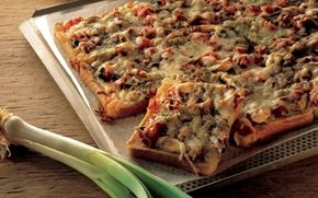 Lynpizza med tun Nem opskrift på en lækker lynpizza med tun. Bunden er sammensat af toastbrød og pizzafyldet med tun har masser af smag med et pift af sød chilisauce.