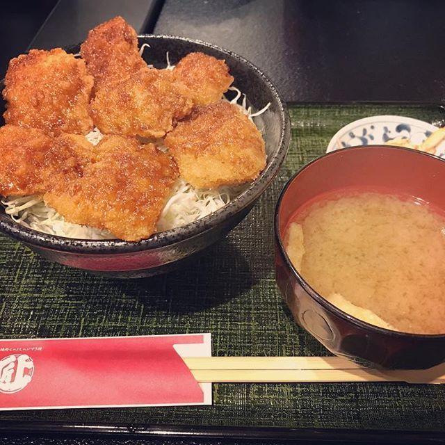 最近肉しか食べてない… #肉 #ランチ #お昼 #お昼ご飯 #ご飯 #どんぶり #丼 #味噌汁 #みそ汁 #お新香 #おしんこ #豚肉 #豚 #ブタ #とんかつ #都内 #東京グルメ