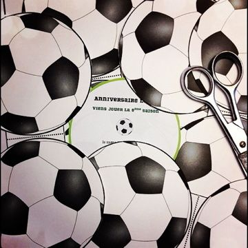 Anniversaire football invitation / a reprendre avec balle de tennis, rugby etc...