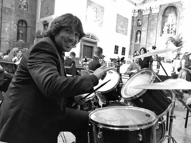 Quién dijo que iba a ser una boda convencional? Rock&Roll con el retablo de la iglesia de fondo. Que comience el Shooowww 😎😎😎 #music #boda #bateria #celebracion #iglesia #rock #musica #banda #valencia #turis #quebonito #DiseñaTuMapa
