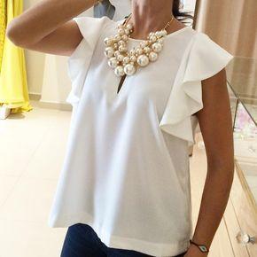 Blusa blanca con olanes, también disponible en azul cobalto.