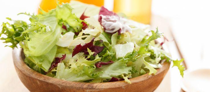 Een frisse, knapperige en gezonde salade voor 2 personen. Romeinse sla bevat veel vitamine A, K en C en antioxidanten en foliumzuur. Het helpt om je bloedvaten elastisch en je bloeddruk op peil te houden. Tip, je kunt de Ceasar salade ook aanvullen met peulvruchten, linzen of bonen. Dan wordt het meer een maaltijdsalade.