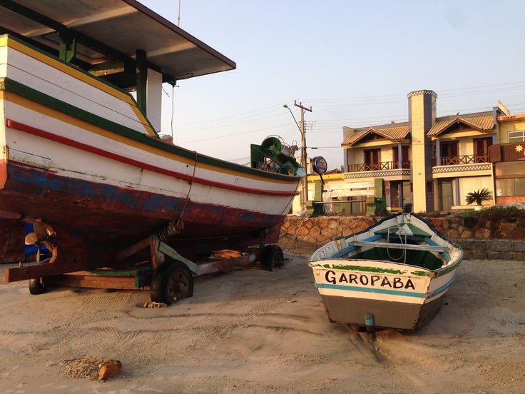 Os Barcos de Pesca na praia central de Garopaba . SC