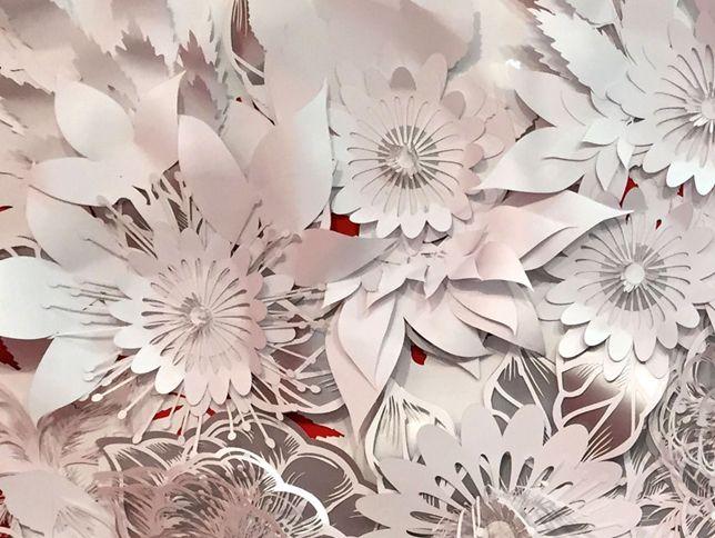 Particolare di composizione floreale in cartoncino