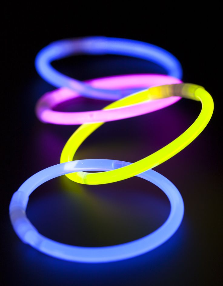 Combine family time with glow-in-the-dark fun. It's easy and creative!     From kid's crafts to party décor, get inspired with these 20 glow stick ideas! #glowsticks #games #kids