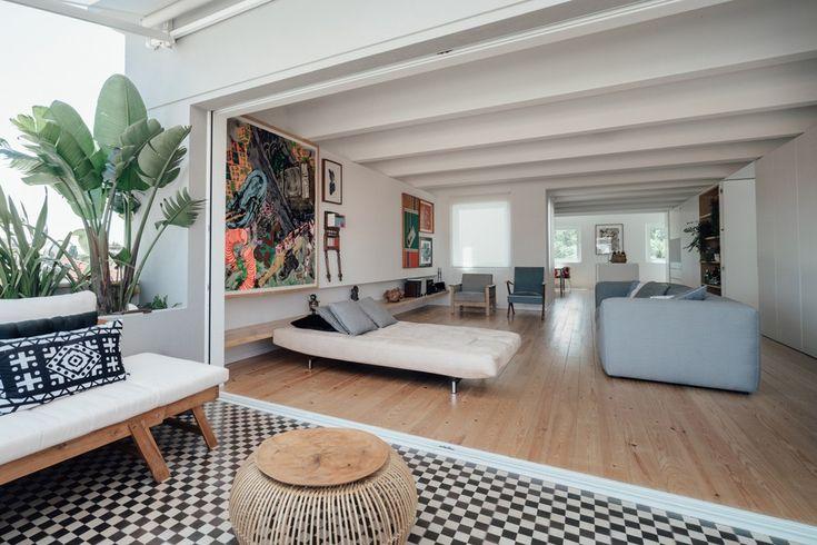Localisé dans le centre ville de Lisbonne, l'appartement occupe les deux derniers étages d'un immeuble, bénéficiant au nord-est de vues sur le paysage urbain et au sud-est, sur des arbres d'un jardin situé à proximité.  Le projet de rénovation comprenait une réadaptation spatiale et fonctionnelle de l'ensemble de l'appartement, afin de proposer un programme qui distingue clairement les espaces sociaux des zones de service au rez-de-chaussée et de l'espace privé à l'étage. Mais également...