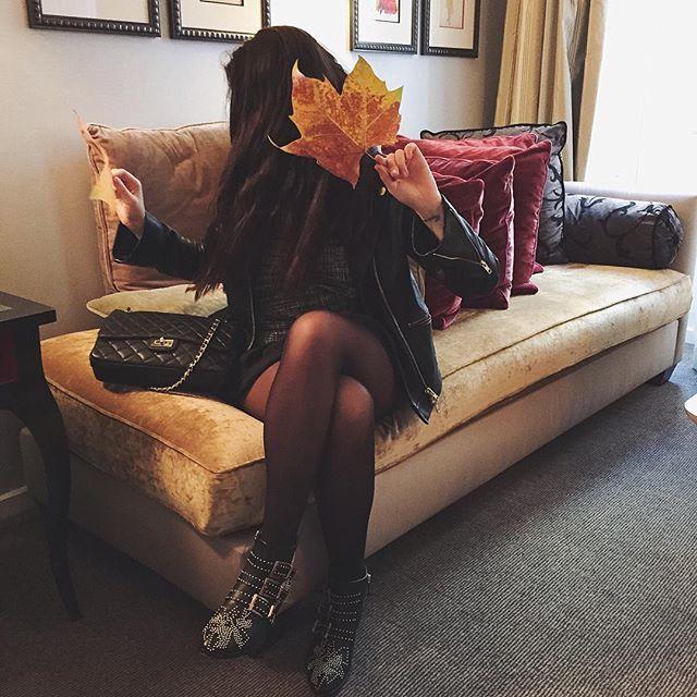 J'ai quand même lâché mes stans pour le musée et le déjeuner au George V ❤️ #villamadame #enmouvement #sofa #pic #ootd #outfit #dailylook #ramasserdesfeuillesmortes #parisenautomne #november09 #fall • perfecto cuir grainé #andotherstories • top (new co) #zara • jupe volant #zara • sac en cuir inspi Chanel #videdressing #sansmarque • bottines #Chloé #susanna