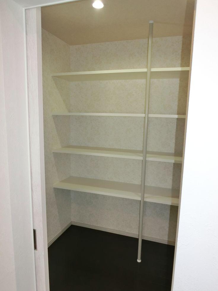 キッチンの奥にはラントリーを広く作りました。 買い置きもばっちりできます。  #工務店#京都#マンション#リフォーム#キッチン#収納#ラントリー