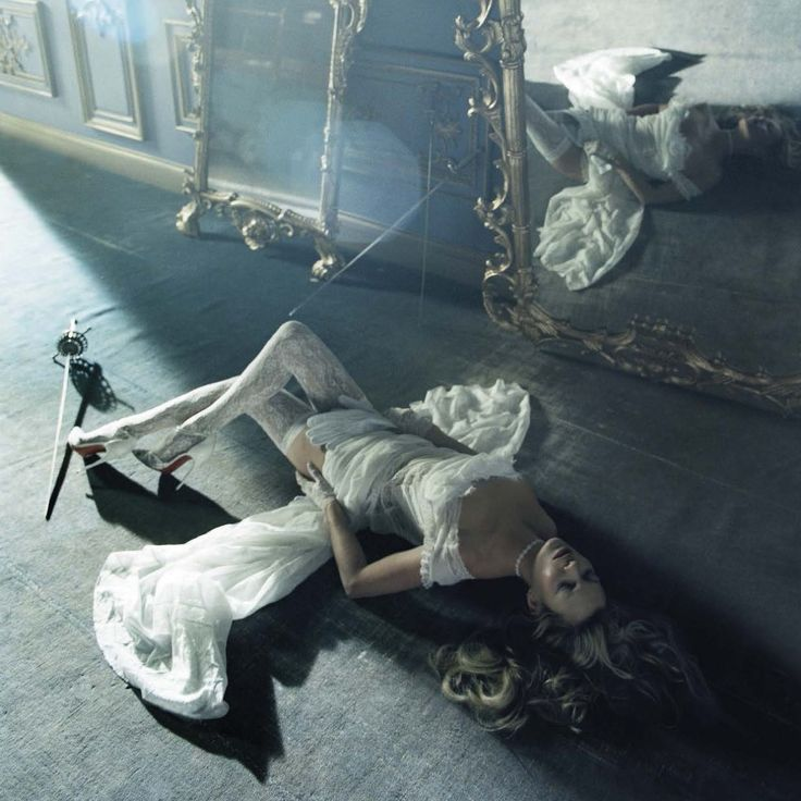 Vogue Italia features our fave vintage muse Kate Moss in sheer silks, ruffled skirts, bodices and vintage styled lace. Yes, yes, yes and YES!!!