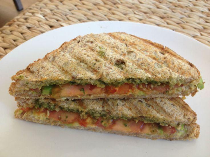 tosti met avocado pesto en tomaat eetclean.nl
