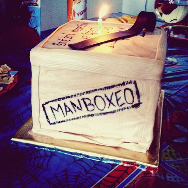 Manboxeo slaví s 100. fotku na instagramu :tada::birthday:, děkujeme Vám za Vaši přízeň!:heart: Kdo by si také dál takovýto marcipánový dort? :smile:️ #manboxeo #man #box #darkypromuze #bedna #pacidlo #dort #vyroci #100 #oslavtetosnami #pripijtenanas:cock