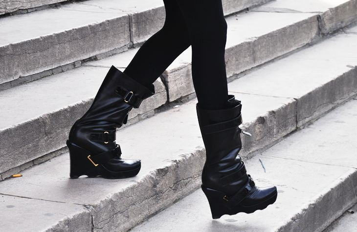 Ahhh these Louis Vuitton fall 2006 moon boots resurface. Still feel fresh and current.