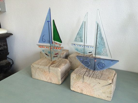 Recycled Fused Glass Sailing Boat on driftwood por KateOsmanGlass