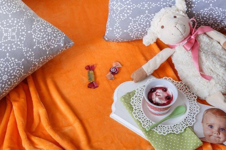 Potřebujete vylepšit postel v dětském pokoji nebo válendu pro návštěvy?Pomůže vám prostěradlo z mikroplyše s výraznou barvou. Materiál s hebkým vláknem vypadá stále upraveně a na dotek je tak příjemný, jako kožíšek plyšových hraček, které jsou dětem důvěrně známé.
