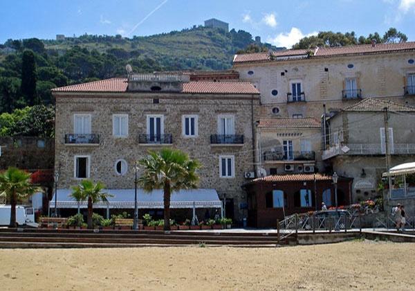 Il PALAZZETTO FLORIO è unantica casa del XVII° secolo con suites e appartamenti per vacanze, situata sulla spiaggia di Marina Piccola nellantico borgo marinaro di Santa Maria di Castellabate.