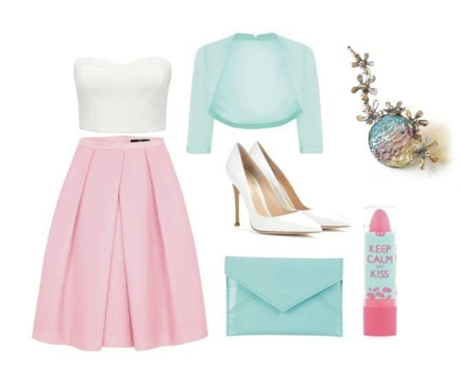 Svieži outfit v pastelových farbách s cínovaným príveskom.