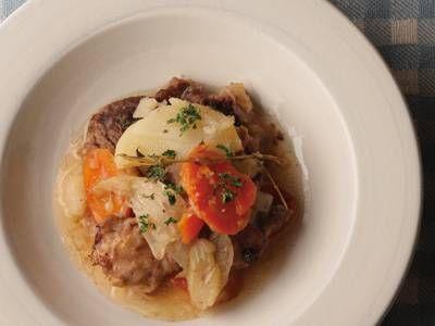 大宮 勝雄 さんの牛すね肉,鶏もも肉を使った「アルザス風ポトフ」。肉と野菜のおいしさが混然一体となった、やさしく深みのある味。食材を入れて煮るだけの手軽さがうれしい一品です。 NHK「きょうの料理」で放送された料理レシピや献立が満載。