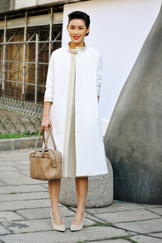 This fashion shot of the day screams total class, love the Nehru collar on this long sleek coat.