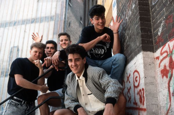 New Kids on the Block: est composé de Donnie Wahlberg, Joey McIntyre, Danny Wood, Jonathan Knight & Jordan Knight.