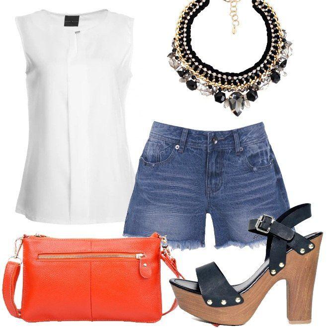 Una proposta in stile trendy, perfetta per serate casual. Il top senza maniche color crema ha una linea elegante, per questo motivo l'abbinamento a contrasto, con gli shorts di jeans, con l'orlo sfrangiato. I sandali, con tacco quadrato e plateau, la pochette arancione e la vistosa collana completano il look.
