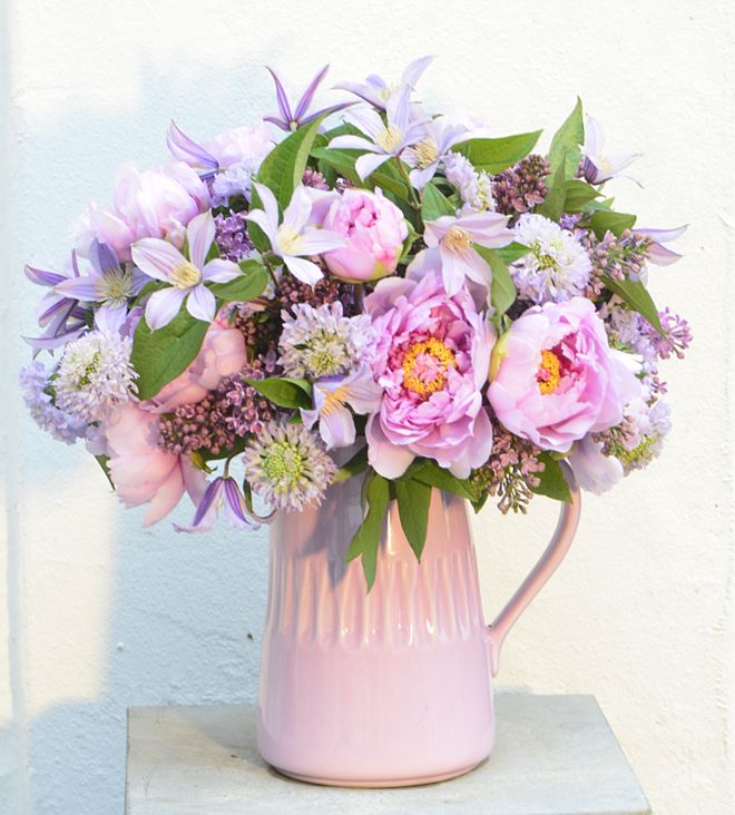 Shades of lilac and pink in this stunning bouquet of Clematis, Lilac and Peony | Claus Dalby