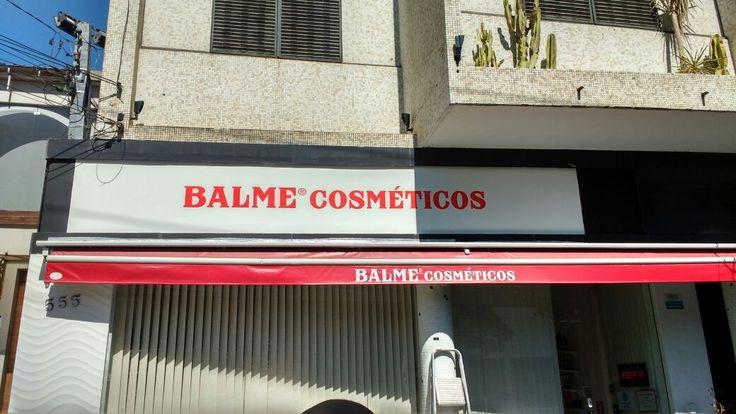 Pintura de logotipo em fachada de loja Balme Cosméticos