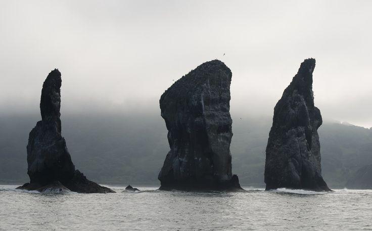 """Üç Kardeş, Kamçatka Yarımadası'nın simgesi sayılan bu """"Üç Kardeş"""", bir rivayete göre Avaçinskaya Koyu'nu kocaman tsunami dalgalarından korurken kayaya dönüşmüşler."""