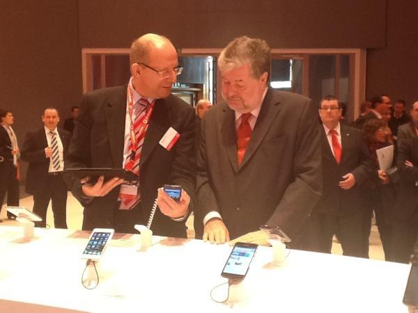 CTO Hartmut Kremling führt Ministerpräsident Kurt Beck auf der CeBIT 2012 Surfen mit LTE Geschwindigkeit vor.