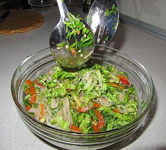 Салат с фунчезой и креветками