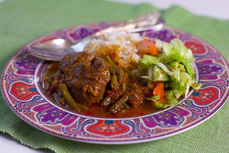 Lobie bi lahme är en mustig gryta med gröna bönor och kött. Som de allra flesta libanesiska grytor smaksätts tomatsåsen med färsk tomat, koriander, mycket vitlök och sju kryddor. Blir en smakrik blandning, nästan som en fest för smaklökarna. Gillar du chili kan du gärna tillsätta det i grytan för att få lite sting på den. 6-8 portioner Lobie bi lahme Ca 700 g valfri grytkött i bitar 300 g djupfryst eller färsk haricotverts (gröna bönor) 1 bunte koriander (ca 1 dl finhackad, funkar även med…