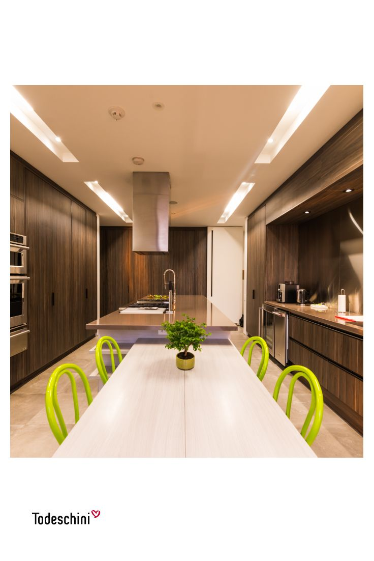 Consejos para la decoración de tu hogar: Si quieres mejorar el ambiente de tu cocina y aportarle vitalidad y alegría no dudes en adornarlo con plantas. Una planta le dará alegría, vida y color a cualquier ambiente. #Diseñodeinteriores #Decoración #Todeschini #ambientes #mueblesamedida #arquitectura