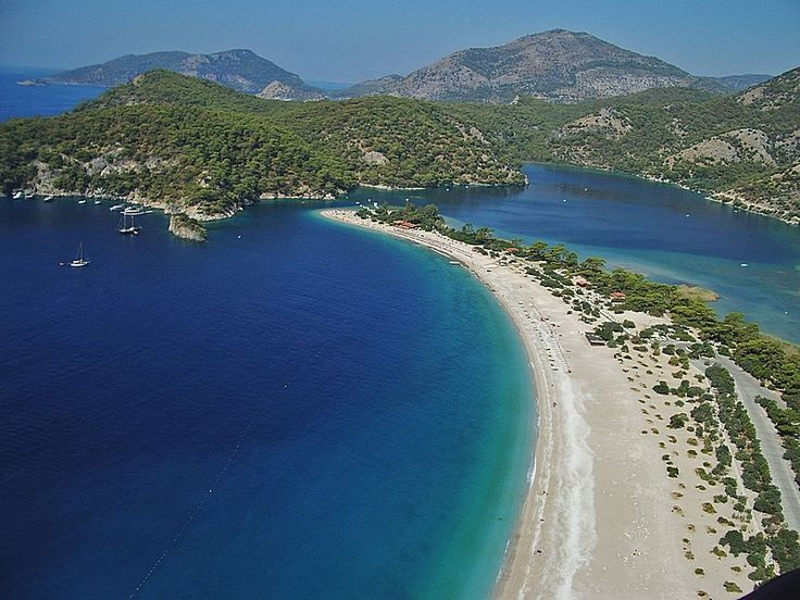 On the west coast of Turkey on the Aegean Sea, we find Oludeniz, a small village in Mugla province, which is considered to be one of the best beaches in the world. It is a vast beach with amazing landscapes and surrounded by mountains in a priviledged area.
