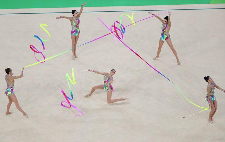 El equipo olímpico de gimnasia rítmica de España realiza un ejercicio durante la…