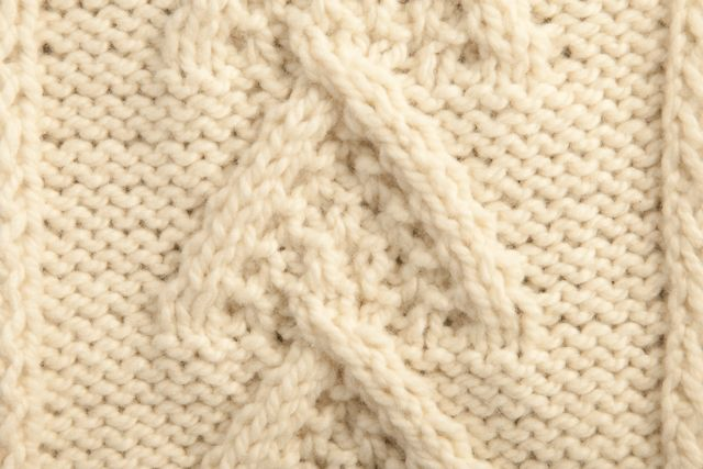 Chunky handspun yarn suitable for simple knitting for both a sporty as well as an elegant look http://www.gomitolis.it/english/cashmere/big-cashmere/11/