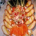 Insalata di mare con verdure e bruschetta all'aglio Che bello quando si può mangiare il pane pur essendo a dieta..in effetti non sembra nemmeno un piatto da dieta! INGREDIENTI (x 4 persone) - 1 kg Insalata di Mare (anche quella congelata se di buona qualità) - Brodo di pesce per cuocerla - Pane Casereccio a fette spesse - 5/6 pomodori da insalata - […]