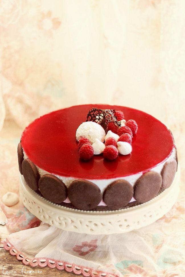 Tort cu zmeura si panna cotta. Ingrediente mousse de zmeura, panna cotta, gelatina de zmeura. Reteta tort cu zmeura si bezele. Tort cu fructe de padure.