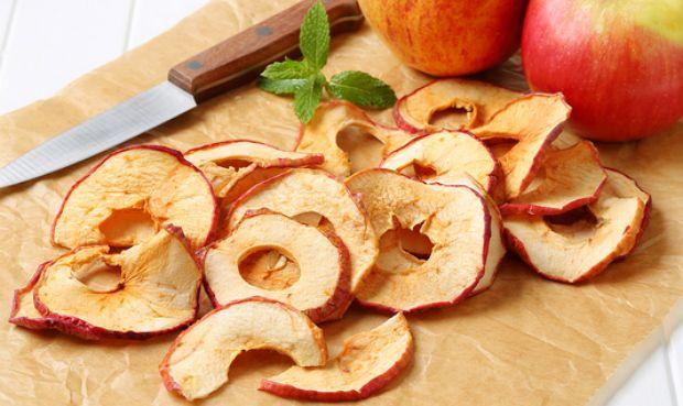Сушеные яблоки сохраняют почти все витамины и минералы, которые есть в свежих фруктах, кроме того они приобретают новые свойств - обогащаются пектинами, кахетинами, флавоноиды, эфирными маслами и другими биологически активными веществами - именно с этим связаны полезные свойств сушеных яблок.