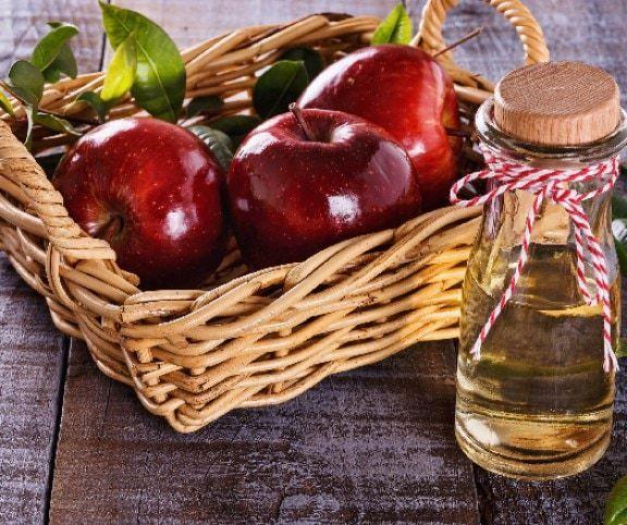 Nagymamámtól hallottam először arról, hogy almaecetet használ a fogyókúrájához. Ha télen felszaladt rá pár kiló, mindig ezt mondta: jöjjön az almaecet, hogy nagyapád újra belém szeressen! Az almaecet jött, nagyapa maradt, mert a nagyi nyolcvanévesen is a legcsinosabb nő a faluban!