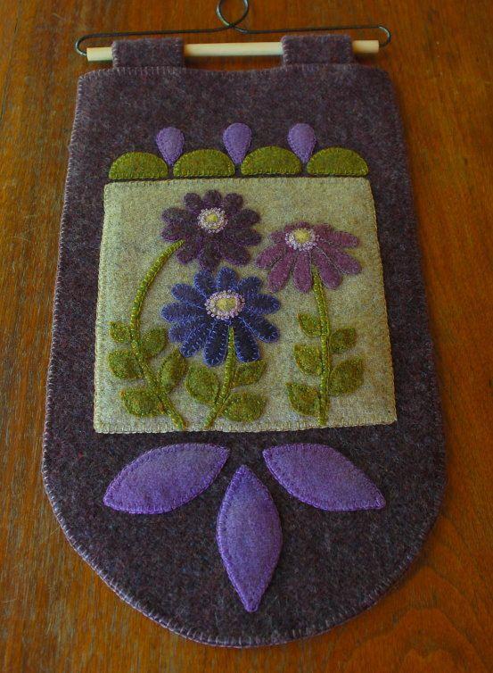 Hand dyed rug hooking laine violet applique Tenture murale courtepointe bloc prairie fleurs sauvages fibre folk primitive art laine feutrée penny tapis
